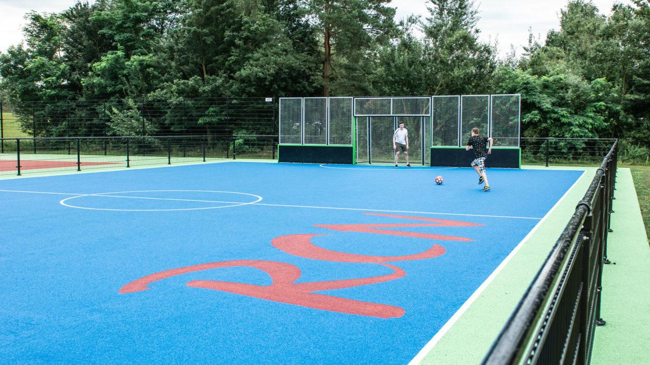 Von alten Tennisplatz nach einen echten Sportplatz