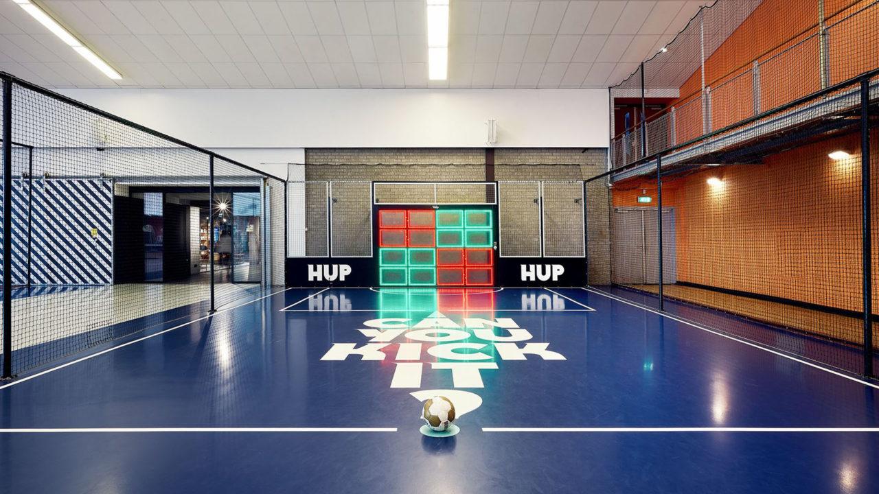 Yalp Sutu - Fußballwand im Hotel (NL)
