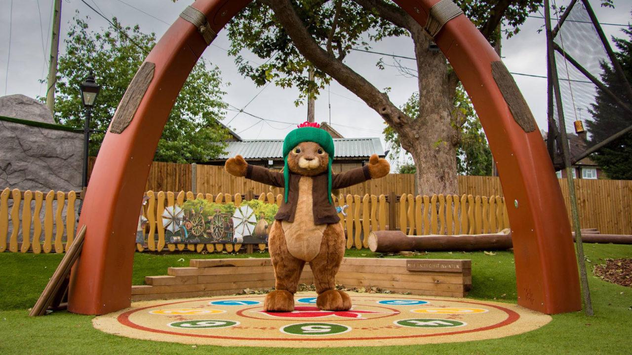 Lappset Creative - Freizeitpark - Peter Rabbit unter dem Yalp Sona - Spielbogen
