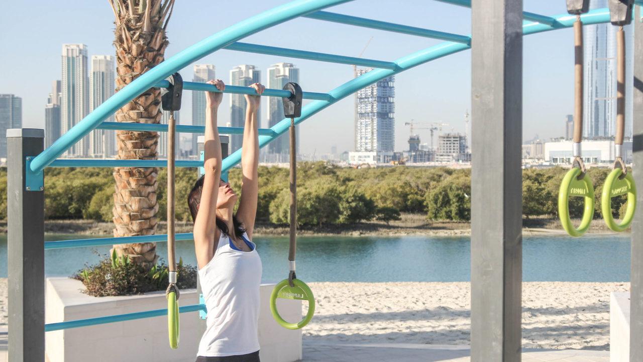 Monkey Bars: Die Ringe sind verstellbar, damit das Gerät von unterschiedlich großen Sportlern genutzt werden kann