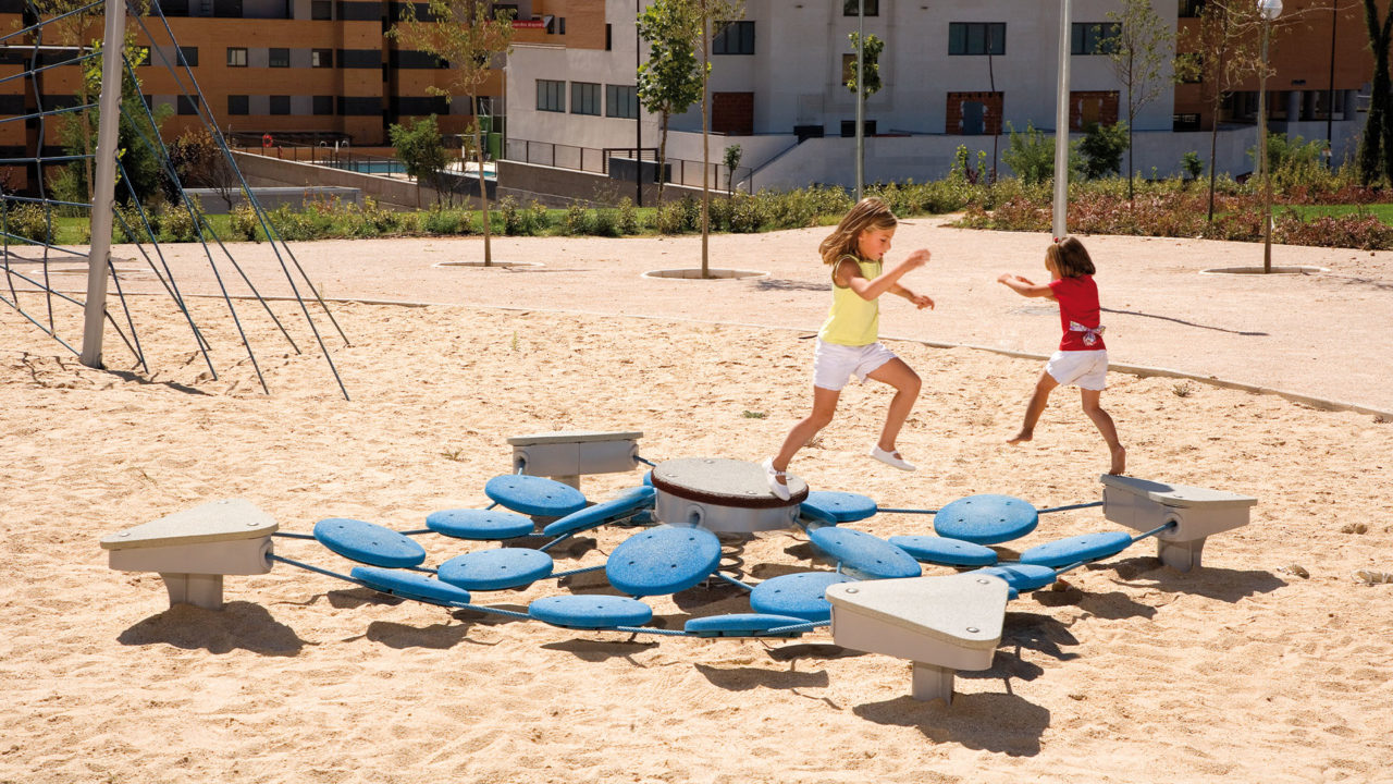 Einzelgeräte sind Gestaltungselemente, die helfen, eine Straße, einen Schulhof, eine Nachbarschaft oder einen Spielplatz auf einfache Art und Weise zu ergänzen